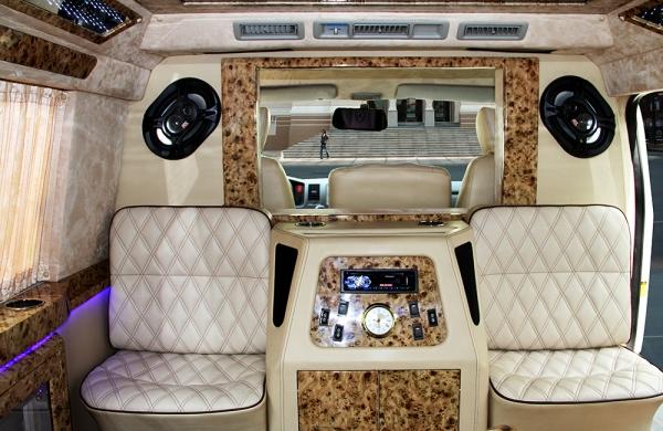 Nội thất limousine siêu sang trên dòng Toyota Hiace Việt